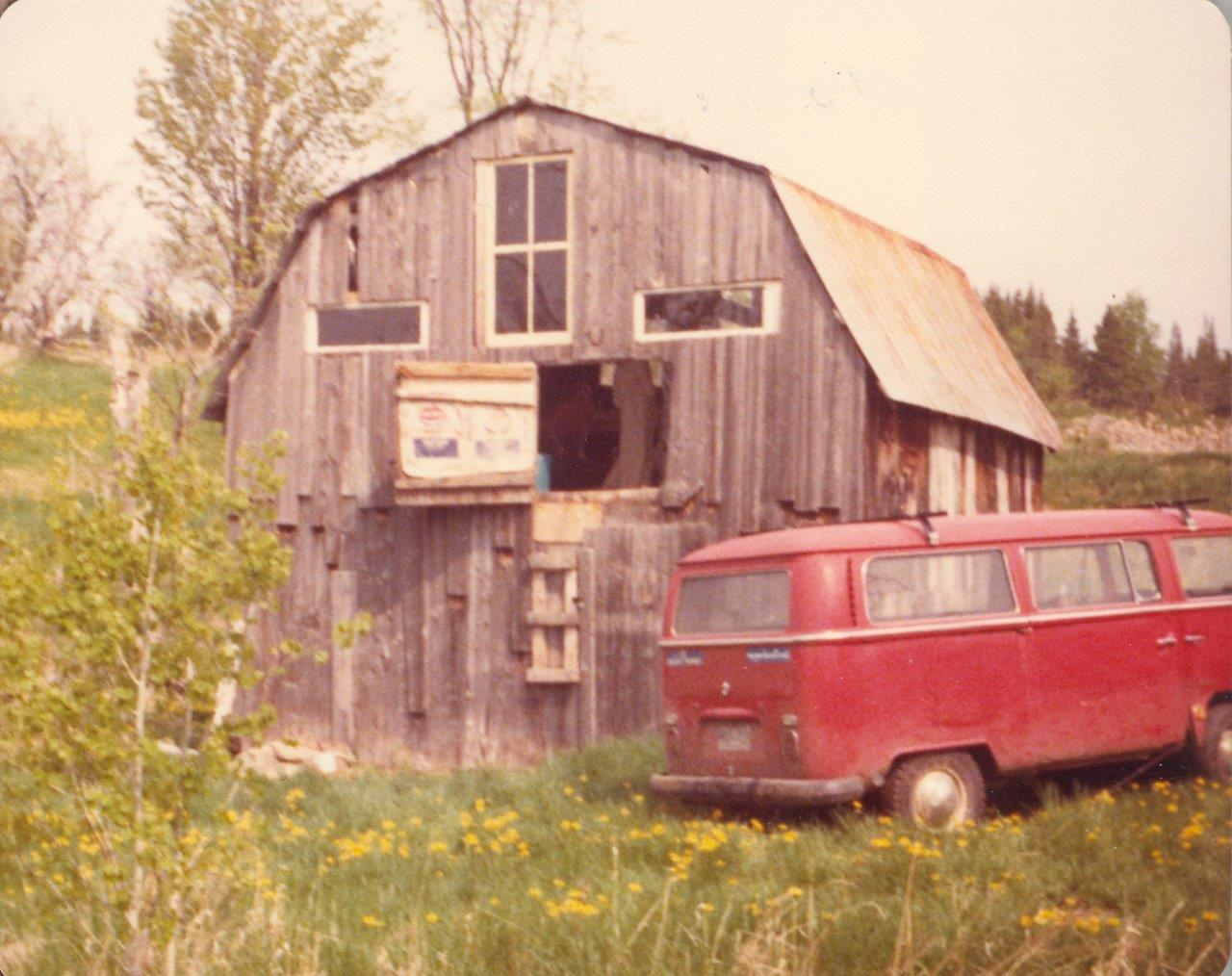 198005xx-ra-003-Robins VW Van At Barn-Randboro